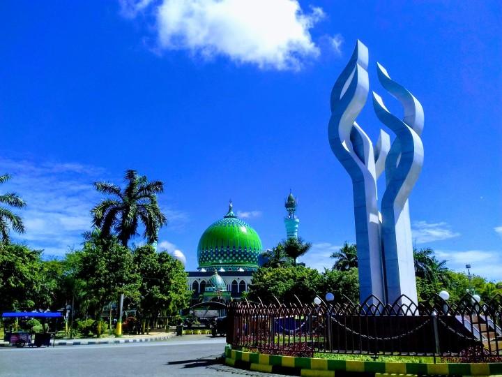 Arek Lancor with Masjid Agung Asy-Syuhada, Pamakesan, Madura
